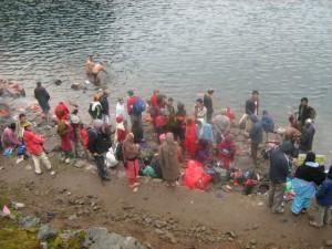 Pilger nehmen ein Bad im heiligen See